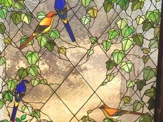 ステンドグラスの衝立 アイビーとせきれいの画像
