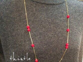 赤い実のなるゴールドネックレスの画像