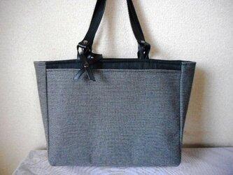 黒×グレー千鳥格子の暖かトートの画像