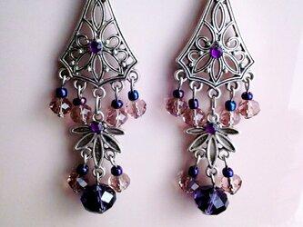 美しい紫のシャンデリアの画像
