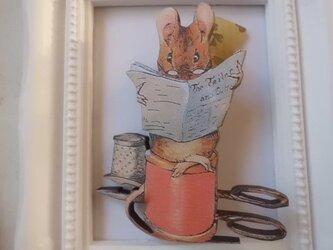 新聞を読むマウス君のウッドブローチの画像