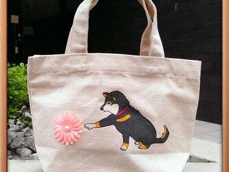 手描きの黒柴犬トート『お花と黒柴犬』の画像