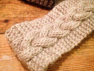 【受注製作】ちょっぴり幅広☆グレージュなわ編みのヘアバンドの画像