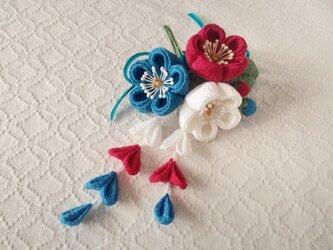 〈つまみ細工〉藤下がり付き梅三輪とベルベットリボンの髪飾り(白と紅梅と浅葱色)の画像