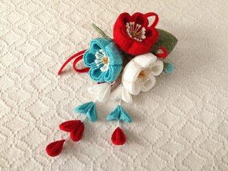 〈つまみ細工〉藤下がり付き梅三輪とベルベットリボンの髪飾り(白と赤と空色)の画像