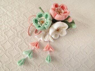 〈つまみ細工〉藤下がり付き梅三輪とベルベットリボンの髪飾り(白とサーモンピンクと白緑)の画像