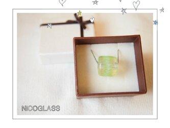 ゆらぎ玉のネックレス ライトグリーンの画像