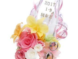 【プリザーブドフラワー/ガラスの靴リングピロー】ピンクのリボンと明るく陽気なお花たちの祝福の靴【リボンラッピング付き】の画像