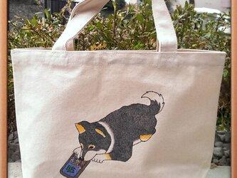手描きの黒柴犬トート『スマホゲームに嵌まって』の画像