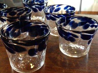 藍のグラスの画像