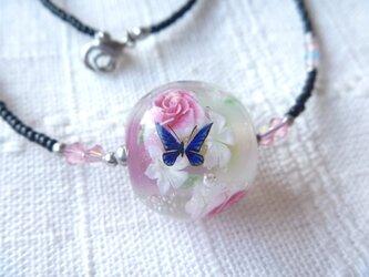 とんぼ玉 薔薇と蝶のネックレスの画像