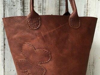 ヌメ革の丸底トートバッグ クローバーの画像