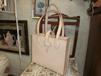 ヌメ革のシンプルトートバッグの画像