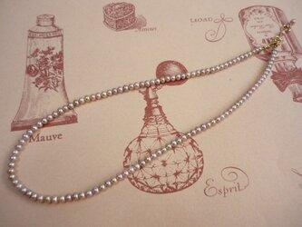 小粒パールのネックレス パープルの画像