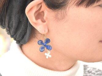 小さなアジサイとパール【藍染】デザインピアス 14kgf/イヤリングの画像