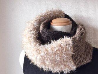 縄編みとファーのスヌード ブラック系の画像