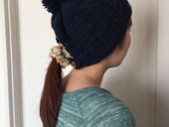 まとめ髪のためのポンポン帽子の画像