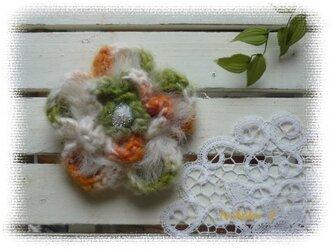 ファー付き!大きめ手編みコサージュ(オレンジ/グリーン)の画像