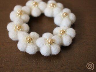 小花のリースブローチ*ホワイトの画像