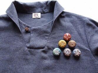 木製文様ブローチ(6色の中から選択) の画像