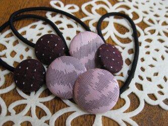 桃色とエンジ色のくるみボタンのヘアゴム 27×22の画像
