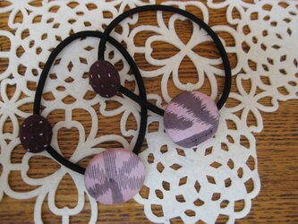 桃色とエンジ色のくるみボタンのヘアゴム 27×18の画像
