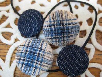 青い模様と青いデニムのくるみボタンのヘアゴム 22×18の画像