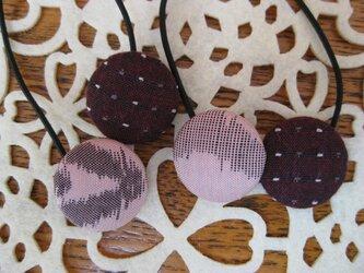 桃色とエンジ色のくるみボタンのヘアゴム 22×22の画像