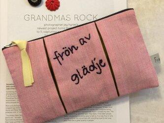 ピンクストライプ ロゴ刺繍 プリーツポーチの画像