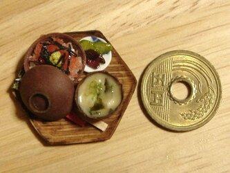 ★まぐろ丼とみそ汁(6角形・木製風)の画像