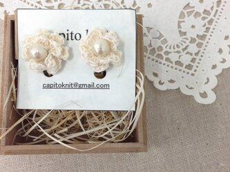 ♡シルク糸で編んだお花イヤリングの画像