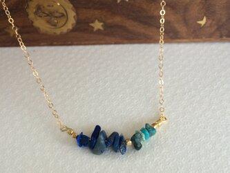 青い石のネックレスの画像