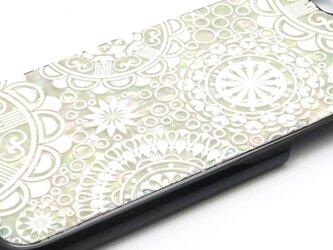 iPhone7/6/6sケース 天然貝仕様(ホワイトジオメトリック・黒カバー)<螺鈿アート>の画像