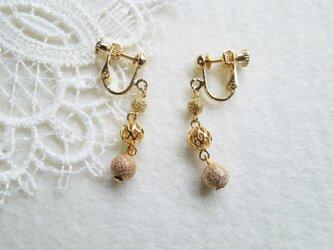 スターダストと透かしビーズのイヤリングの画像