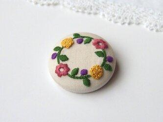 [受注制作]刺繍のくるみボタンブローチ・大(お花と実のリース)の画像