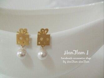 [HanTtam J]  gold present box × cotton pearl ピアスの画像
