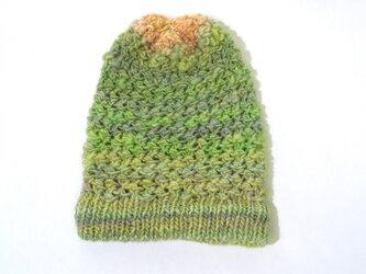 糸から作った若草色の帽子の画像