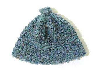 糸から作った湖色の帽子の画像
