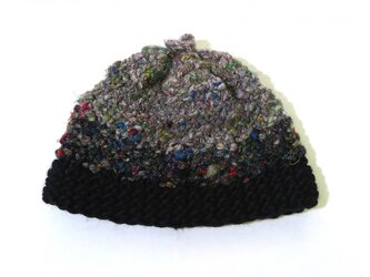 糸から作ったモノトーンな帽子の画像