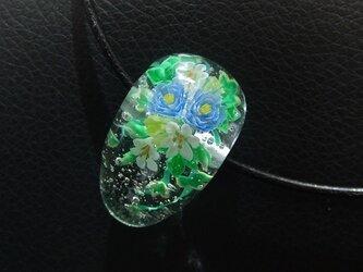 とんぼ玉・青い花のネックレスの画像