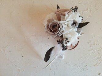 ホワイト+ベージュのコサージュの画像