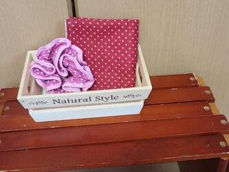 赤いタオル ピンクのシュシュ 水玉セットの画像