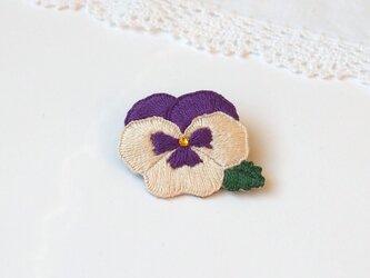 [受注制作]パンジーの刺繍ブローチ(オフホワイト×紫)の画像