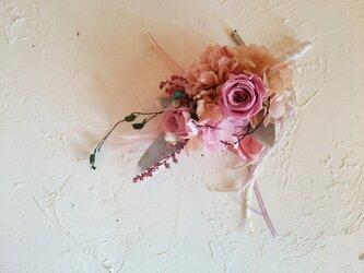 流れるようなピンクローズのコサージュの画像