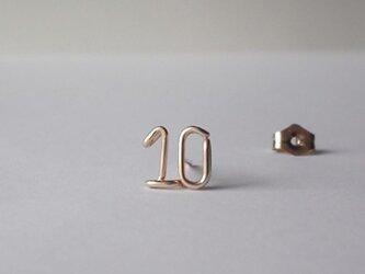 小さな数字 (ナンバー) 2ケタ スタッドピアスの画像