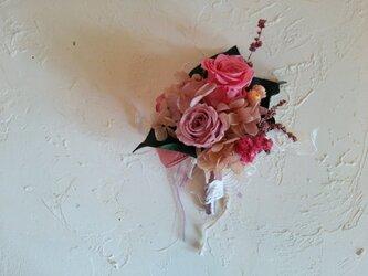 上品な大人ピンクのローズコサージュの画像