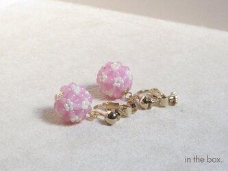 ピンクのフラワーボールイヤリングの画像