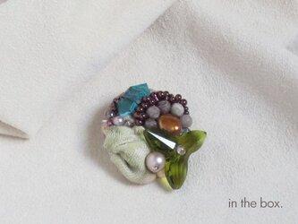 スワロと天然石のブローチ グリーンティーの画像