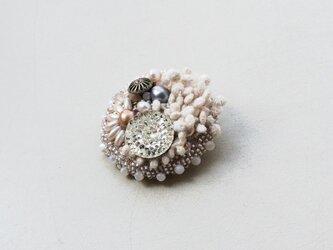 ビーズ刺繍のブローチ 「月夜ノ花園」の画像