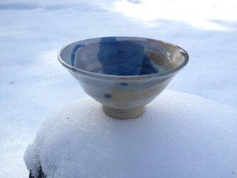 リングと刷毛目のベージュ茶碗の画像